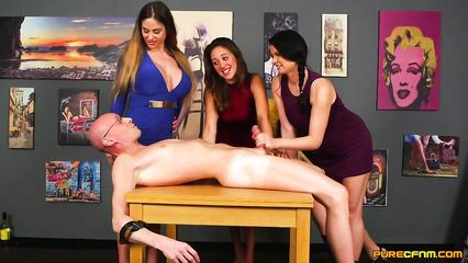 Три подружки нагло стянаули штаны с парня и стали дрочить ему член