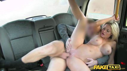 Водитель такси порет клиентку на заднем сиденье рабочего авто