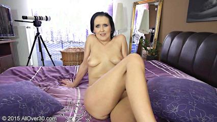 Распутная женщина раздевается в спальне