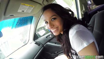 Скромная девушка сосет член и трахается в машине