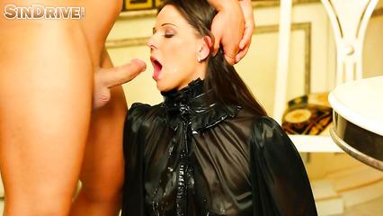 Конча на лице и на блузке после отсоса