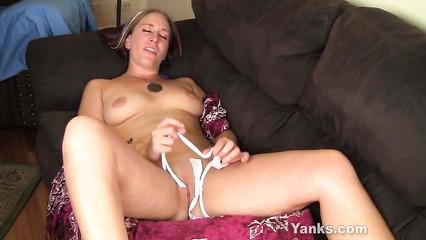 Женская мастурбация белоснежным шнурком