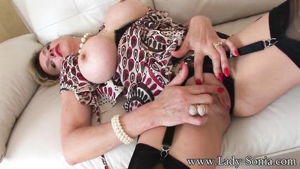 Зрелая леди Соня устроила мастурбацию на диване
