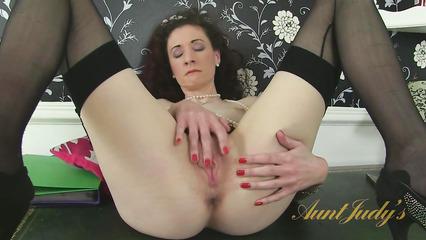 Секс дрочка волосатой пизды на столе