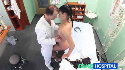 Гинеколог воспользовался служебным положением и выебал пациентку