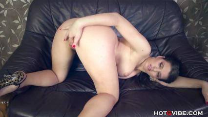 Капризная сучка пытается дрочкой довести себя до оргазма