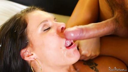 Пета Дженсен после траха высасывает сперму из пениса