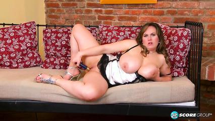 Толстая самка с натуральной грудью ублажает свою письку игрушкой