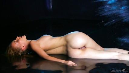 Сногсшибательная кокетка снимается голой в эротическом клипе