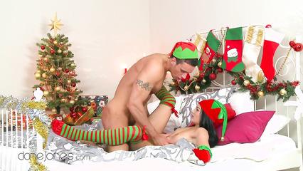 Пара занимается страстным сексом, вместо просмотра голубого огонька на Новый Год