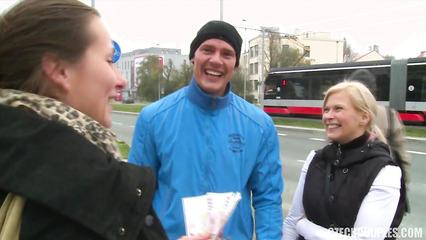 Парочка из Чехии за деньги согласилась на групповушку