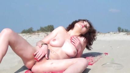 Худая нудистка на заброшенном пляже мастурбирует волосатую письку
