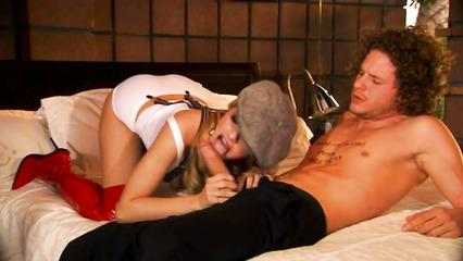 Патлатый мужик угощает густой спермой девку в кепке после отсоса