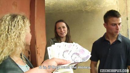 Свингеры за деньги сняли парочку в кафе и потрахались на улице
